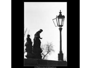 Socha a lampa (5182), Praha 1967 únor, černobílý obraz, stará fotografie, prodej