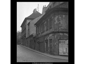 Domy před zbouráním či rekonstrukcí (5196-77), Praha 1967 březen, černobílý obraz, stará fotografie, prodej