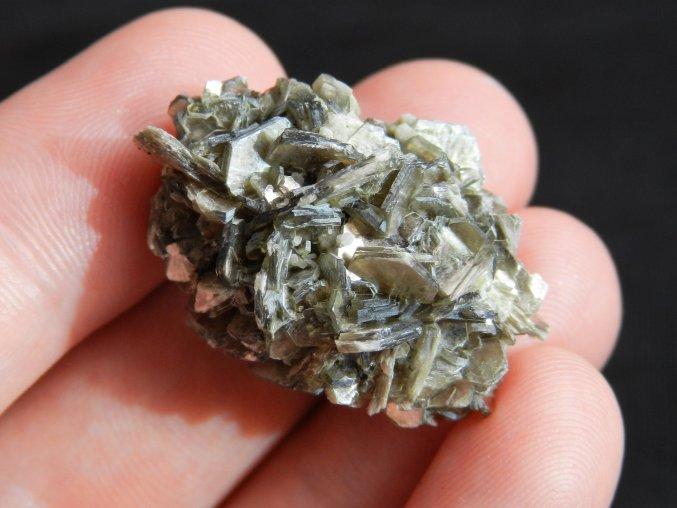 muskovit leskla svetla slida prirodni surovy kamen cesky mineral bory lupeny krystaly obrazky 1