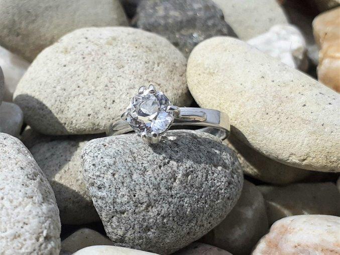 Luxusní stříbrný prsten s broušeným českým křišťálem
