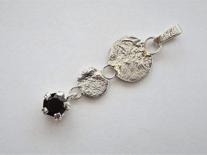 Vybroušený morion z Vysočiny v elegantním stříbrném přívěsku