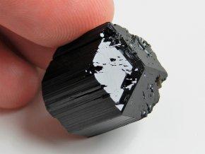 Dokonale ukončený špalík černého turmalínu s nádechem vzácného dravitu
