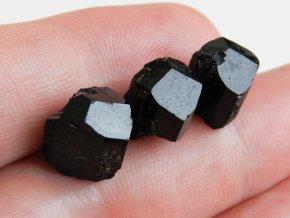 cerny turmalin skoryl ukonceny cesky pravy kamen drahokam leskly krystal obrazek 1