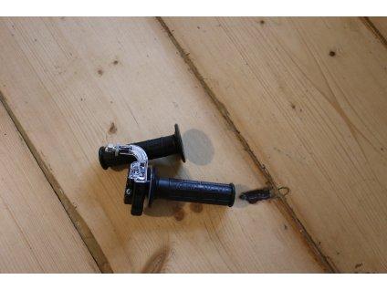 Rukojeť plynu kompletní + návlečka levá ( UNI ), ČZ 180 Roland