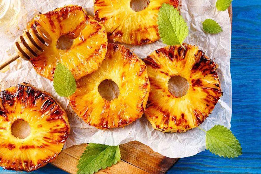 Flambovaný ananas ke steakům