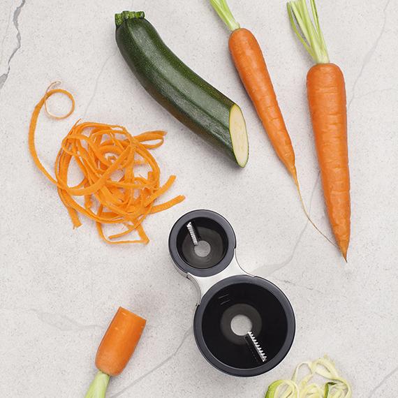Microplane Spirálový kráječ na podlouhlou zeleninu černá 15 x 9 x 6 cm