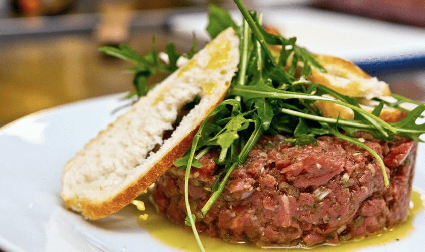 Tatársky biftek z hovädziej sviečkovej s kaparmi a šalotkou