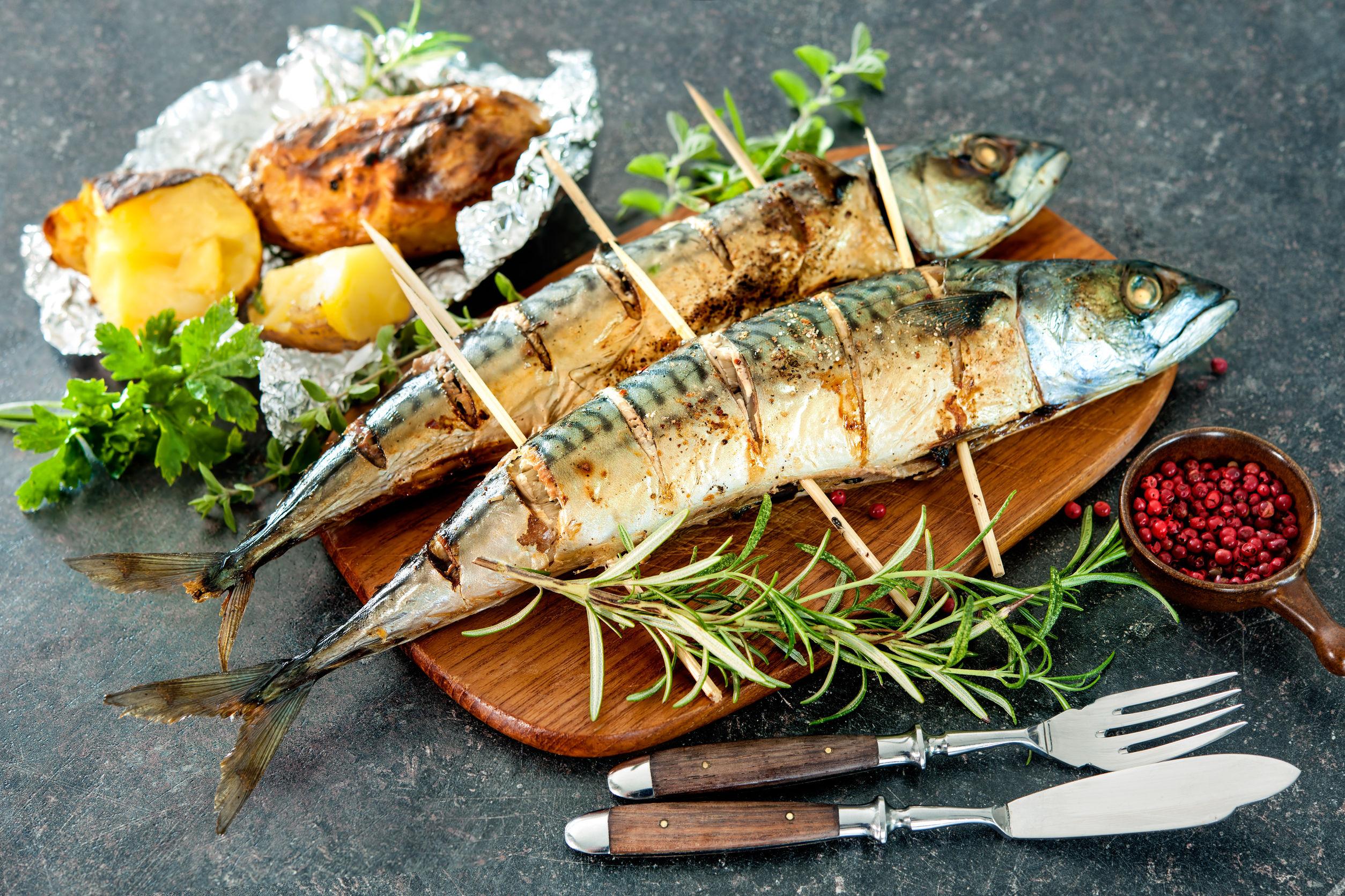 Grilovaná makrela s cesnakom, petržlenovou vňaťkou a letným šalátom