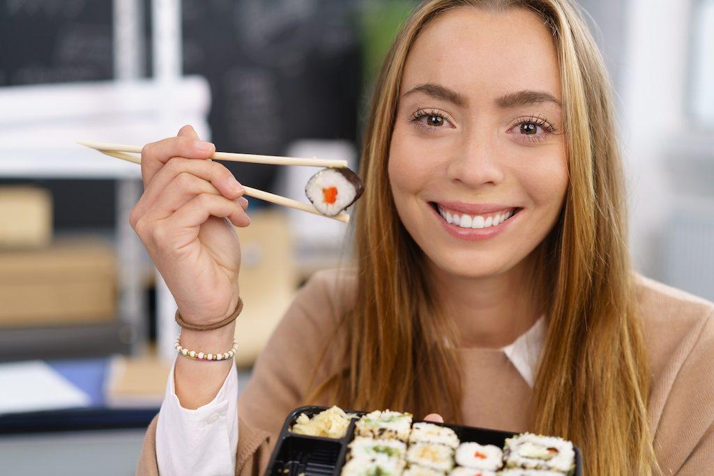 Neviete ako jesť s jedálnymi paličkami? Poradíme Vám