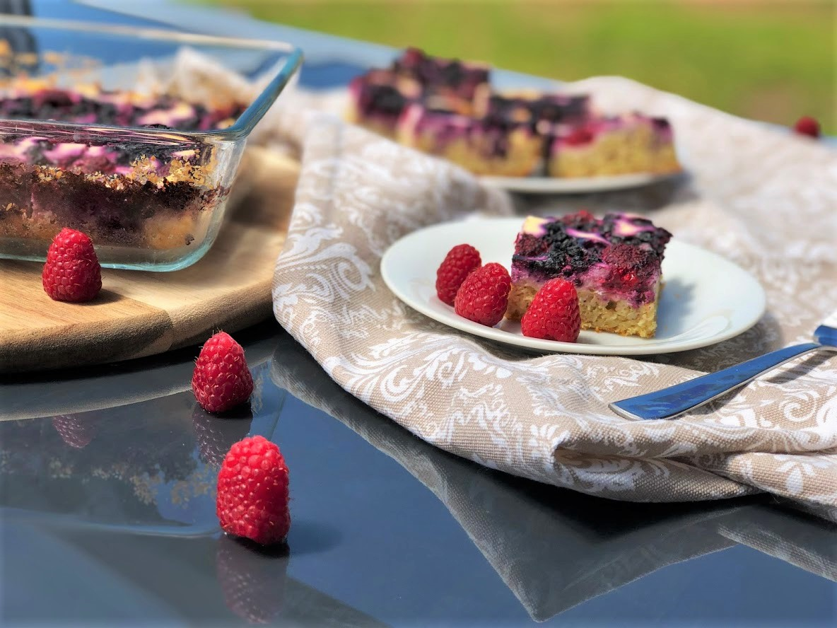 Tvarohový koláč s lesním ovocem bez cukru a mouky
