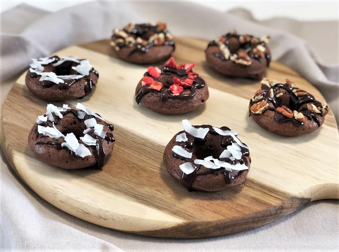 Pečené čokoládovo-kokosové donuty s arašídovým máslem