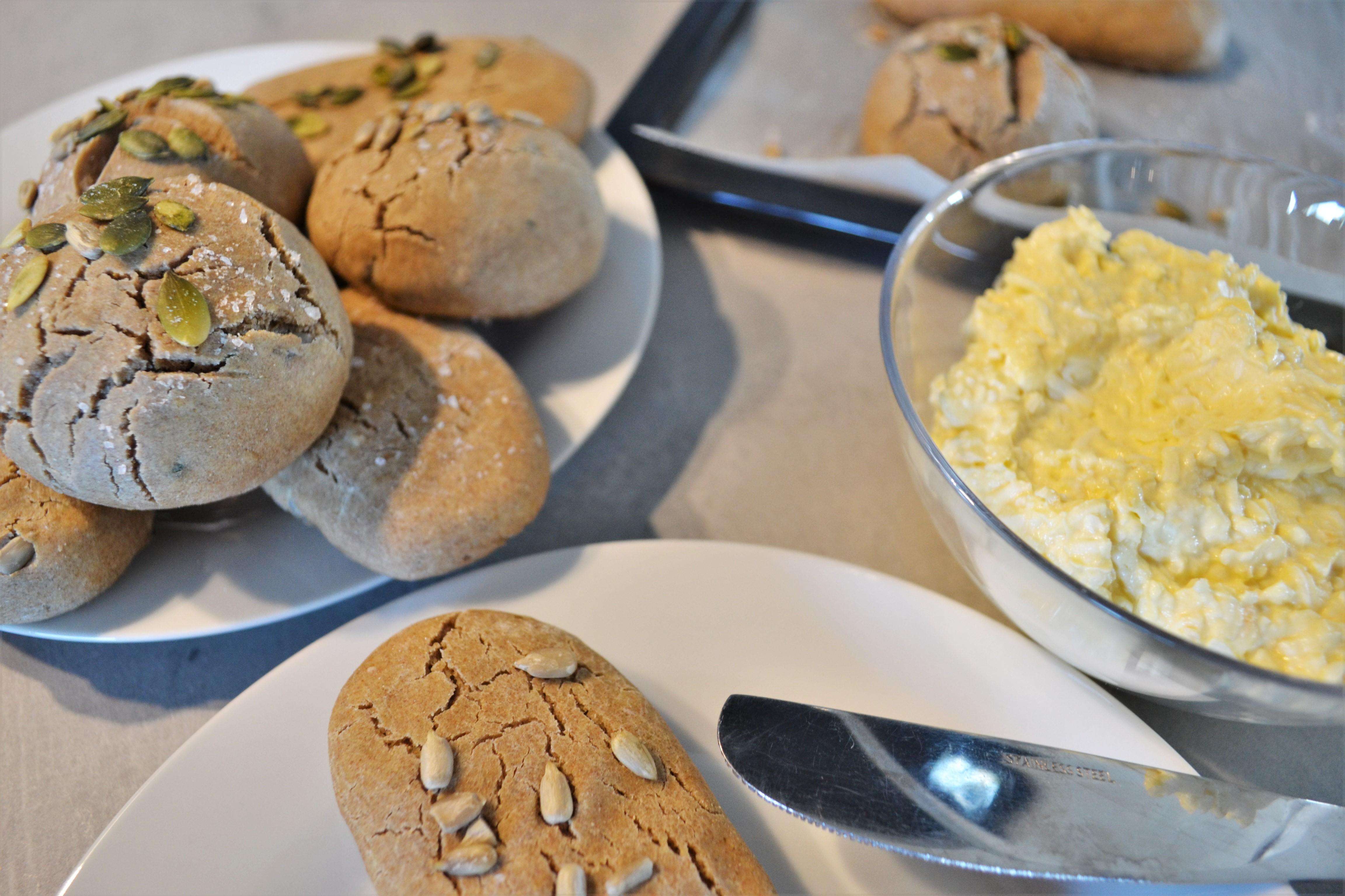 Domácí pečivo z cottage sýru s vajíčkovou pomazánkou