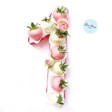 Kompozice z jahod v čokoládě a květin
