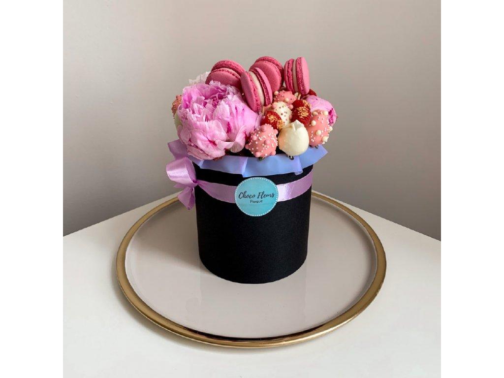 Květinový box z pivoněk a sladkostí černá krabice