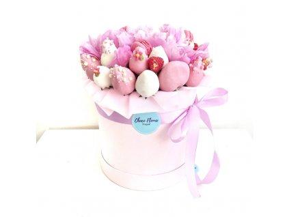 Květinový box z pivoněk a sladkostí - fialový