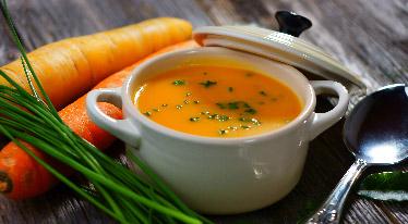 Jarní mrkvová polévka s kari