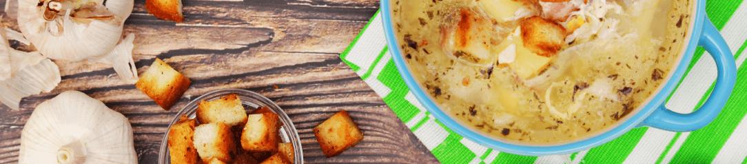 česneková polévka s krutony v modrém kastrůlku