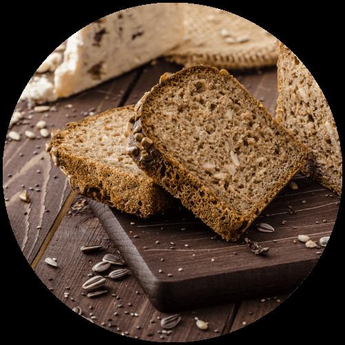 celozrnný chléb na prkénku