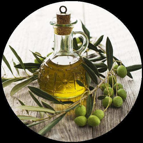 olivový olej ve skleněné karafě a olivy