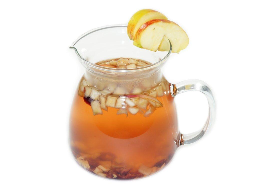 napoj caj s kousky ovoce