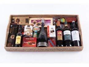 Hnědý vyřezávaný dřevěný tác s vínem a delikatesami