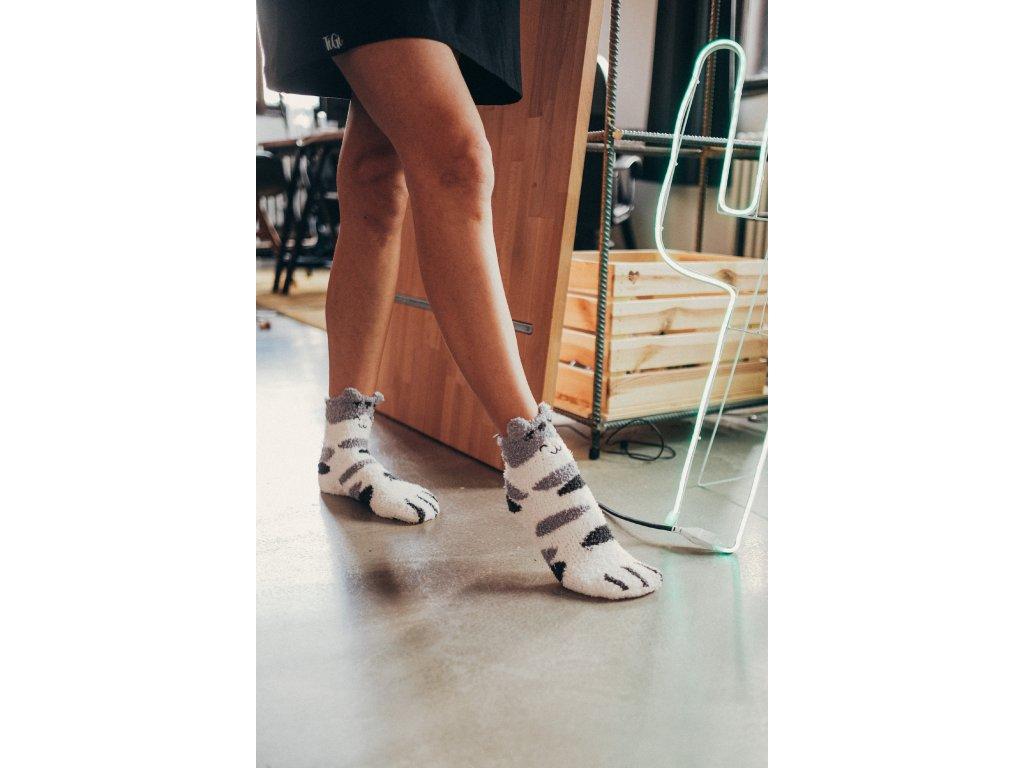Šedé chlupaté ponožky s packami