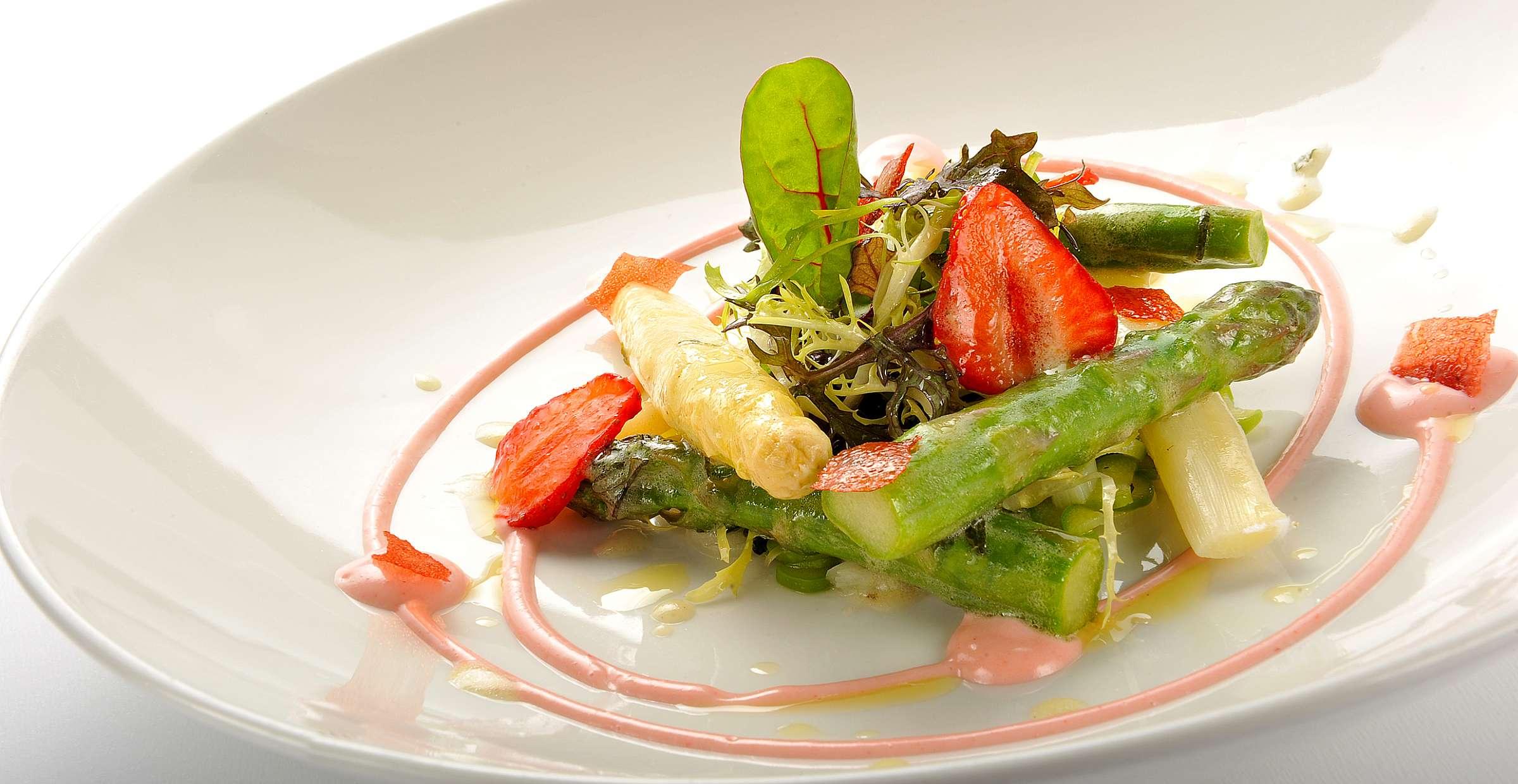Salát s chřestem a jahodami