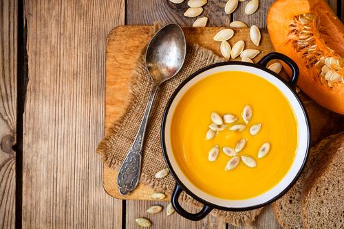 Dýňová polévka s praženými dýňovými semínky