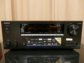 Akustická kalibrace místnosti AccuEQ pomocí přiloženého kalibračního mikrofonu nastaví správné parametry pro konkrétní místnost
