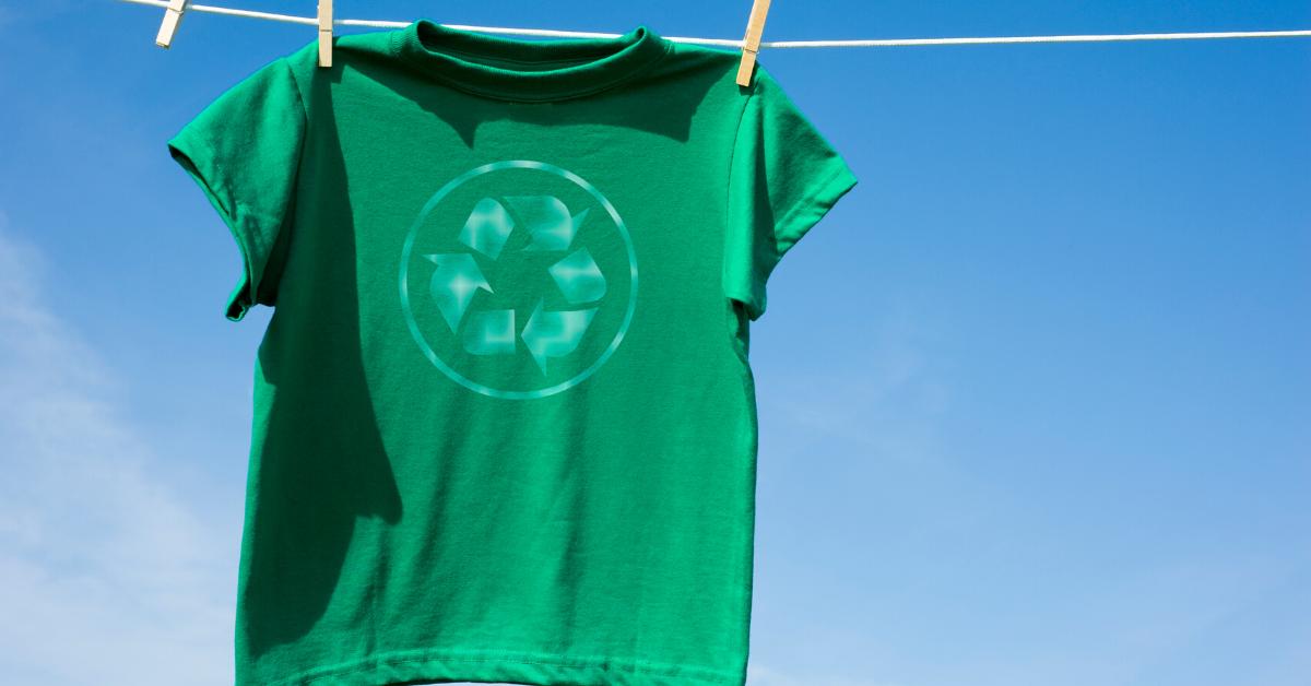 Recyklované oblečení dává druhou šanci PET lahvím. Pomůže vyřešit krizi s plastovým odpadem?