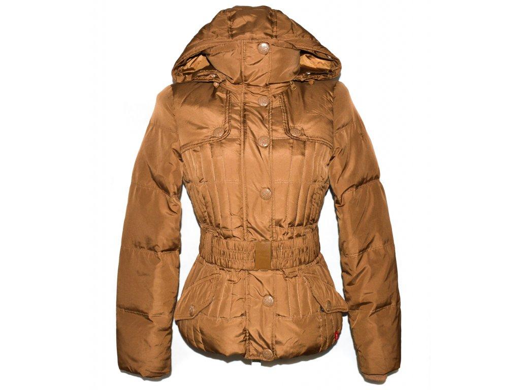PÉŘOVÝ dámský karamelový prošívaný kabát s páskem a kapucí EDC S