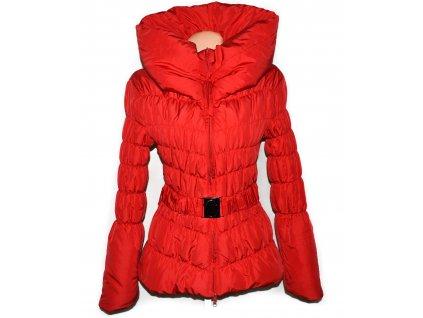 Dámský červený prošívaný kabát s páskem a límcem S