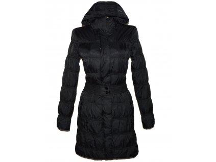 Péřový dámský černý prošívaný kabát s páskem a kapucí MANGO S