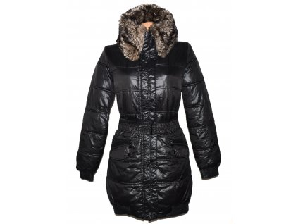 Dámský černý prošívaný zimní kabát s páskem a kožíškem RESERVED 40