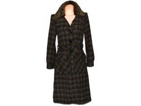 Dámský dlouhý hnědý kostkovaný kabát s páskem 42