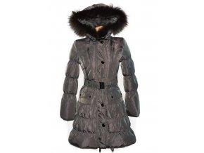 Péřový dámský hnědý šusťákový kabát s kapucí s pravým kožíškem M