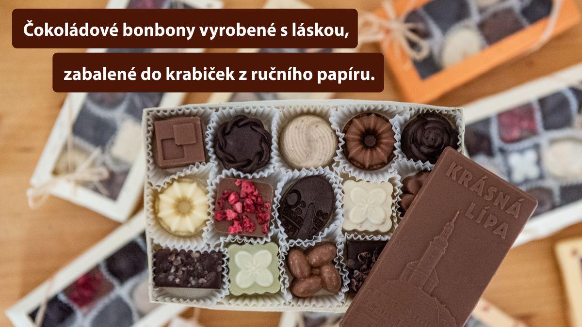Čokoládové bonbony vyrobené s láskou, zabalené do krabiček z ručního papíru.