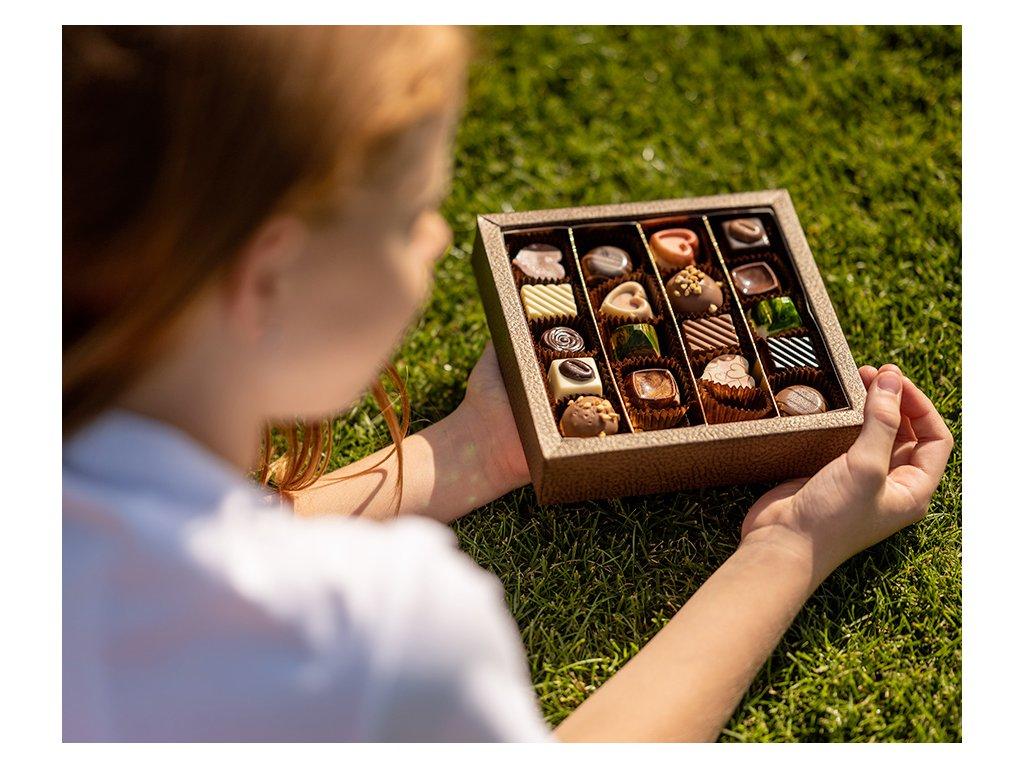 krabicka s 20 kusy pralinek a lanyzu cokoladovna janek.jpg