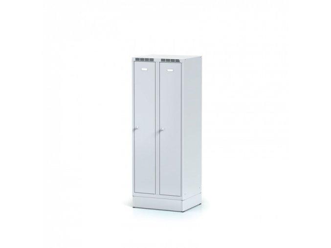Kovová šatní skříňka na soklu, šedé dveře, otočný zámek