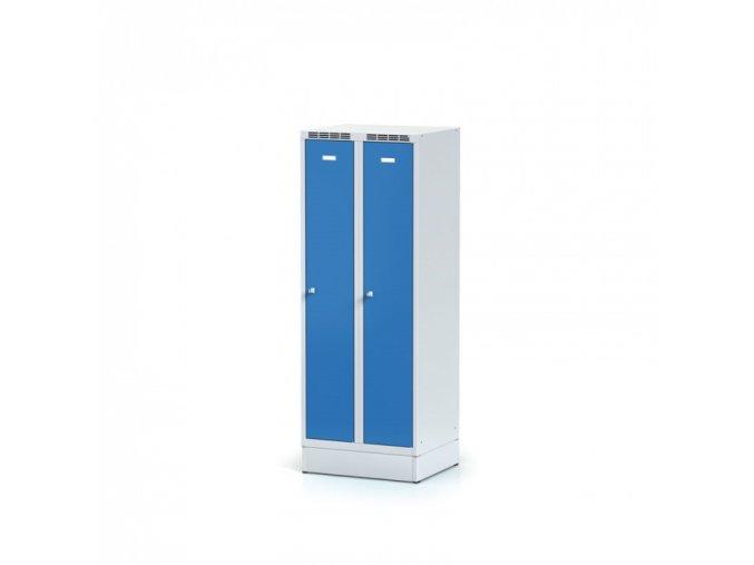 Kovová šatní skříňka na soklu, modré dveře, otočný zámek