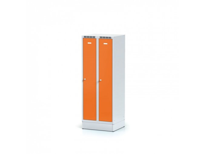 Kovová šatní skříňka na soklu, oranžové dveře, cylindrický zámek