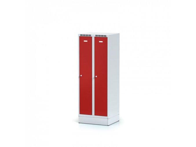 Kovová šatní skříňka na soklu, červené dveře, otočný zámek