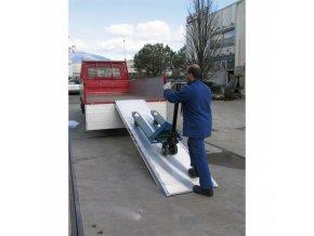 Samostatná nájezdová rampa s vedením, 5000 x 1000 mm, 1000 kg