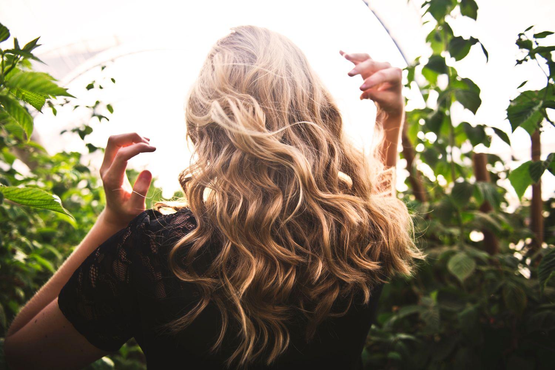 Jak přejít na přírodní péči o vlasy krok za krokem