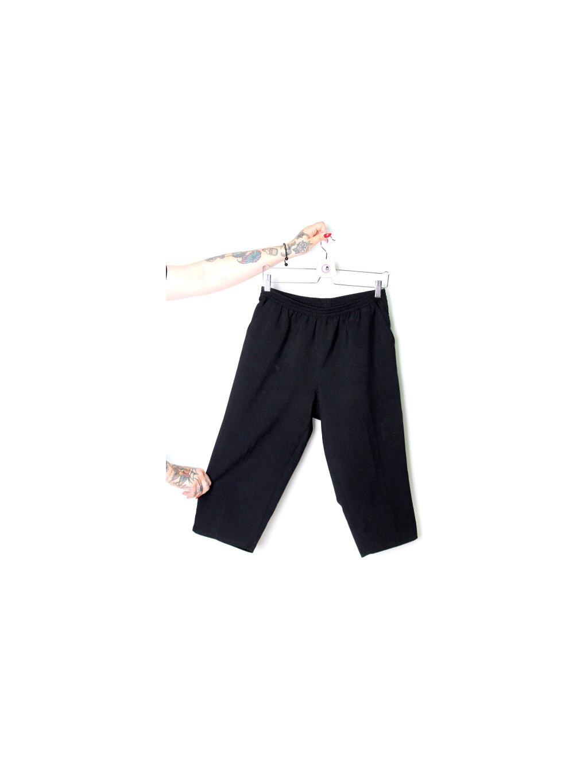 černé tříčtvrteční kalhoty s kapsami