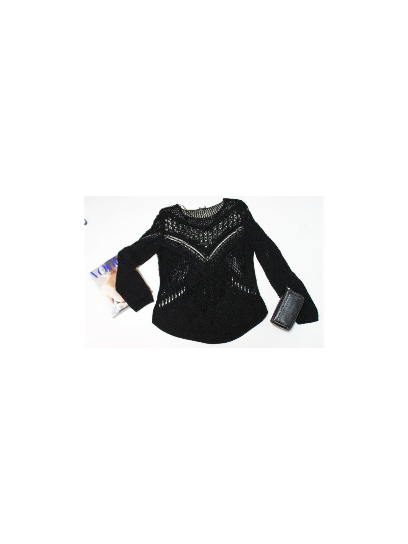 černý děrovaný svetřík s třásněmi v na prsou