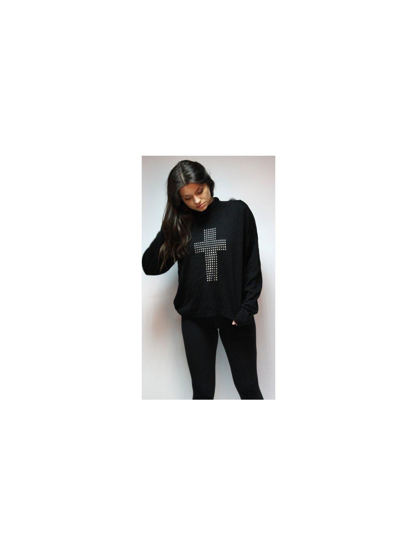 černý svetr s křížem