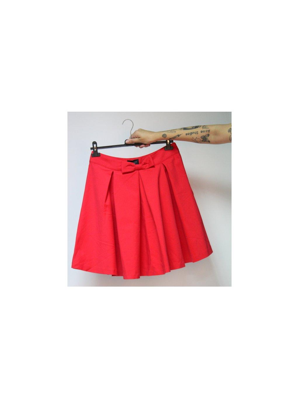 červená sukně s mašlí