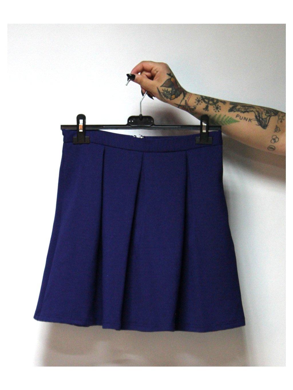 modrá skládaná sukně