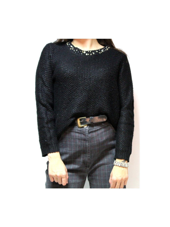 černý svetr s korálky kolem krku
